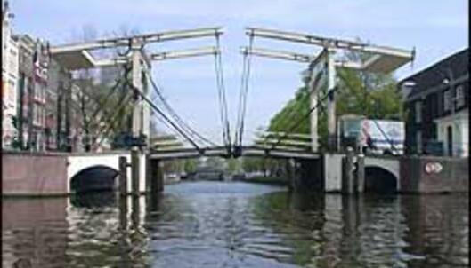 En av de mange vakre broene i Amsterdam.