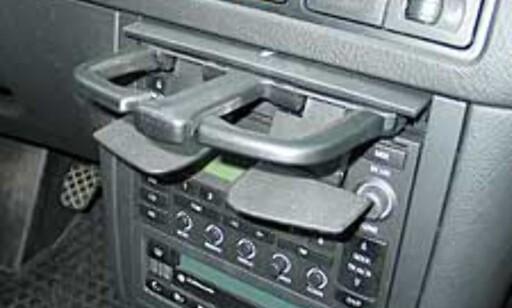 De integrerte koppeholderne har en meget uheldig plassering i forhold til stereoen.