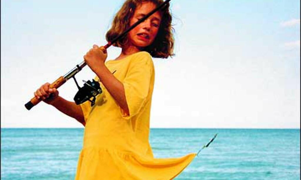 Danske Ole Yssing har tatt dette bildet, og skriver i sin kommentar: Al begyndelse er svær, det oplevede Louise første gang hun skulle prøve at fiske. Foto: Ole Yssing