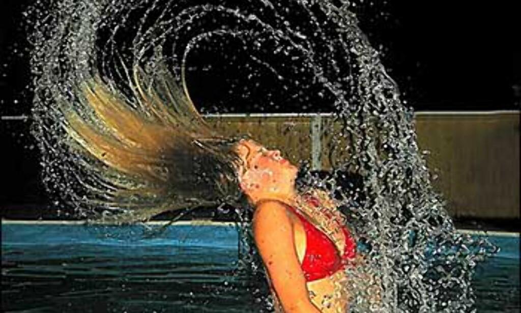 Nattfoto i bassenget, jenta med vann i håret heter Mia. Foto: Wenche Baardsen Foto: Wenche Baardsen