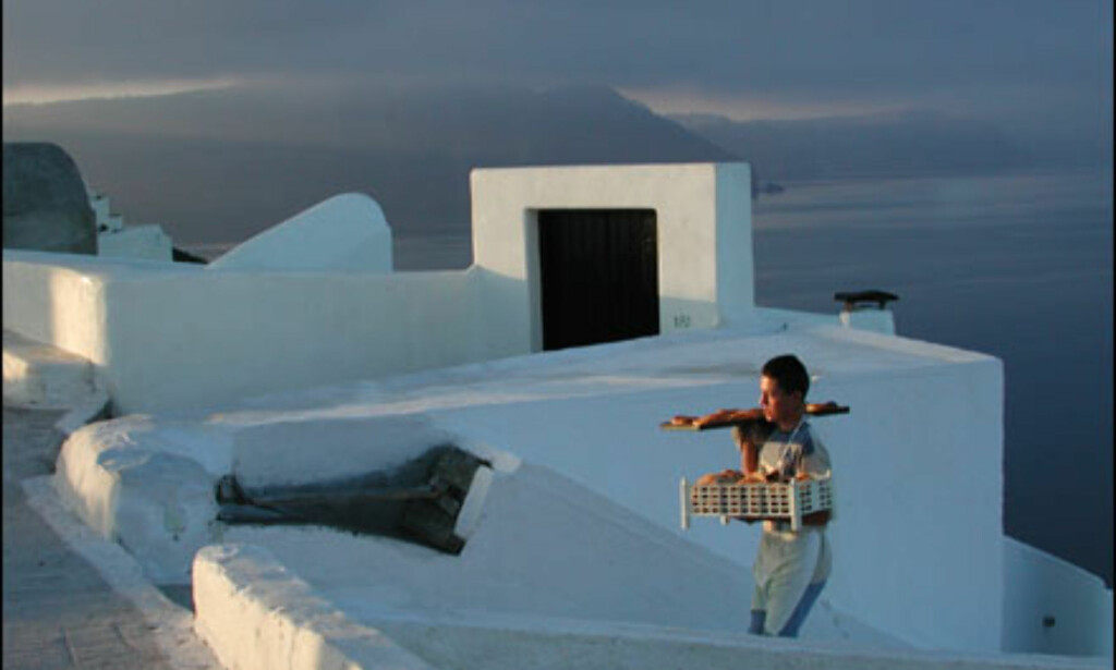 Bakersvennen i Oia, Santorini, med ferske bakervarer før turistene våkner. Foto: Tor Tjeransen Foto: Tor Tjeransen