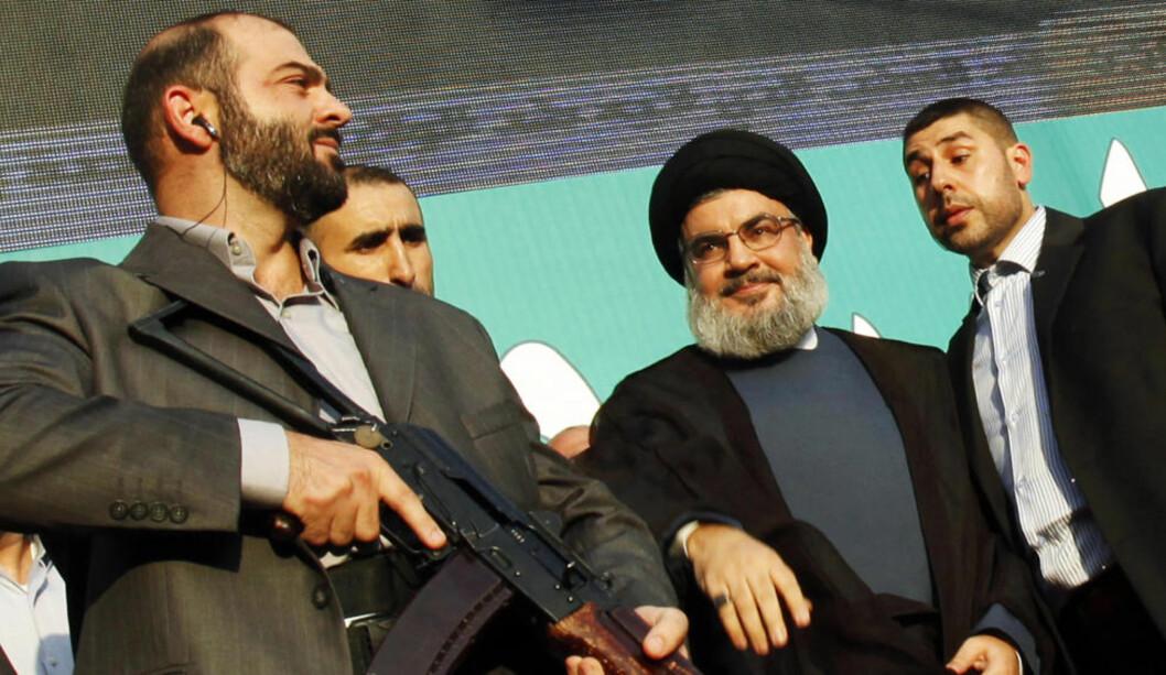 SVARTELISTET: Her er Hizbollah-leder Hassan Nasrallah, eskortert av livvakter, under en anti-USA-protest i september i fjor.  Hizbollah reagerer sterkt på gårsdagens EU-avgjørelse om å plassere den militante delen av Hizbollah på EUs terrorliste. Foto: Sharif Karim / REUTERS