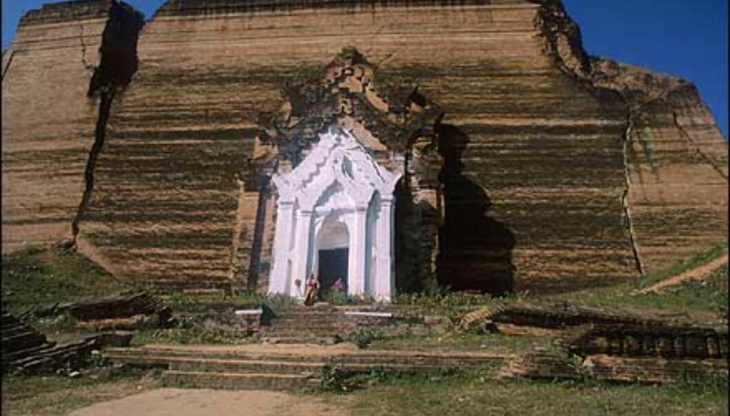 Denne uferdige payaen, Mingun Paya, ble bygget at tusenvis av krigsfanger fra rundt 1790. I 1819 stoppet arbeidet opp, og stupaen er bare en tredjedel av tenkt høyde. Foto: Haakon F. Stenersen