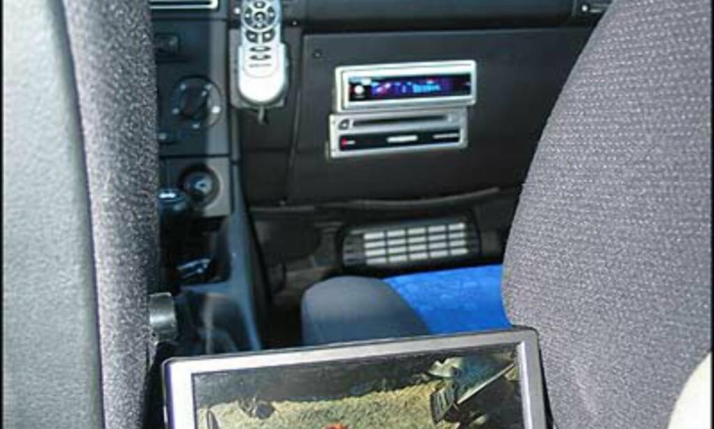 Mellom forsetene sitter widescreenmonitoren. Foran skimter du navigeringsskjermen med tilhørende fjernkontroll, radioen, og i demobilens hanskerom er DVD-spilleren og navigasjonsspilleren montert.