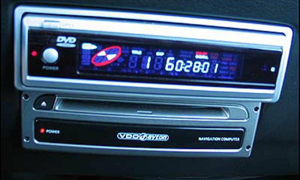 DVD-spilleren øverst (DVD 1743 - spiller også CD, CD-R, CD-RW og MP3-plater. Dolby digital, DTS playback. Fjernkontroll, ekstra IR øye med 3 mtr kabel. Flerspråklig on screen display meny.  240-12v adapter medfølger. Veiledende = 2.645,-  Nederst ser du navigeringsenheten.