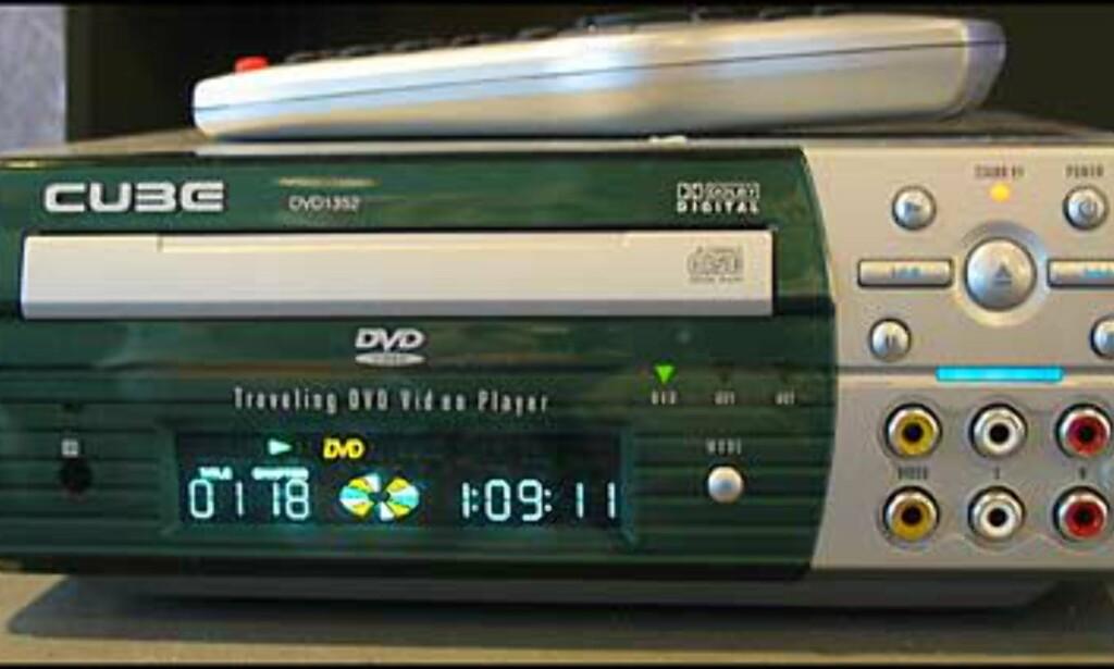 DVD-1352 har mange tilkoplingsmuligheter. F.eks. til Playstation, Nintendo og Gamecube.   Antivibrasjonsplaten som er  inkludert sikrer stabil avspilling selv på de mest ujevne veier. Enheten kan også lett tas ut av bilen for bruk andre steder, og kan benyttes både på 12V og 220V. Adapter & fjernkontroll følger med.  Spiller CD, DVD, MP3. DolbyDigital og DTS.  2 A/V innganger i front  2 Video utganger   Veil = 3.785.-