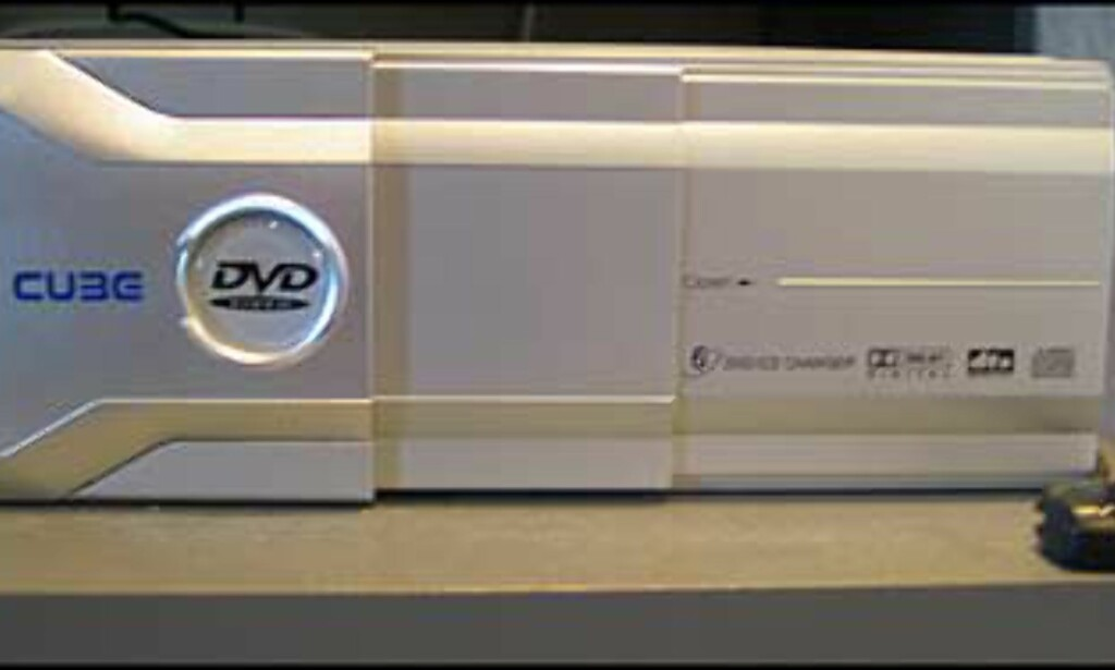 DVD-skifteren DVC005. 6 plater, spiller alle formater og leveres selvsagt med IR-øye og fjernkontroll.   Veiledende pris er 7.990,.