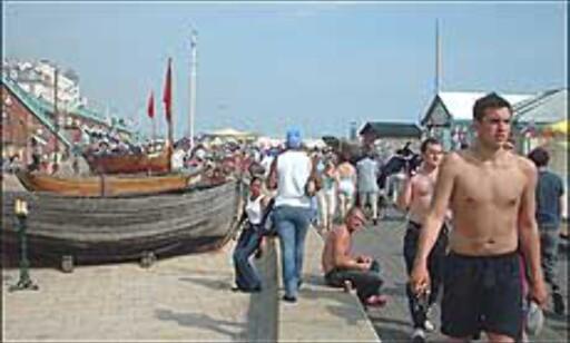 På varme dager er det tett med mennesker langs strandpromenaden. Foto: Stine Okkelmo