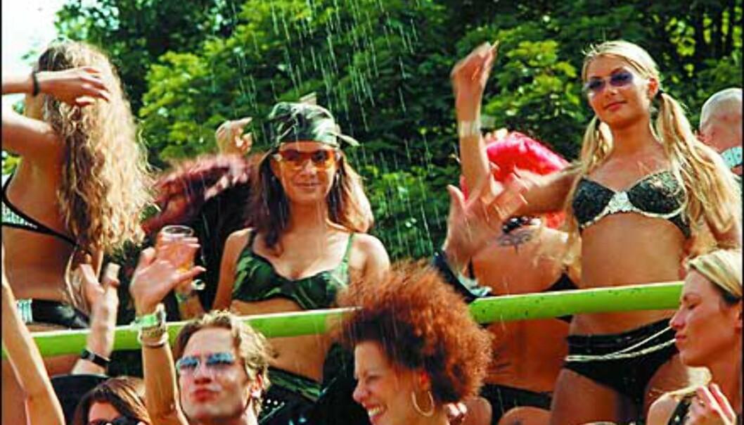 Glade dansere fyller flåtene. Foto: Loveparade.net