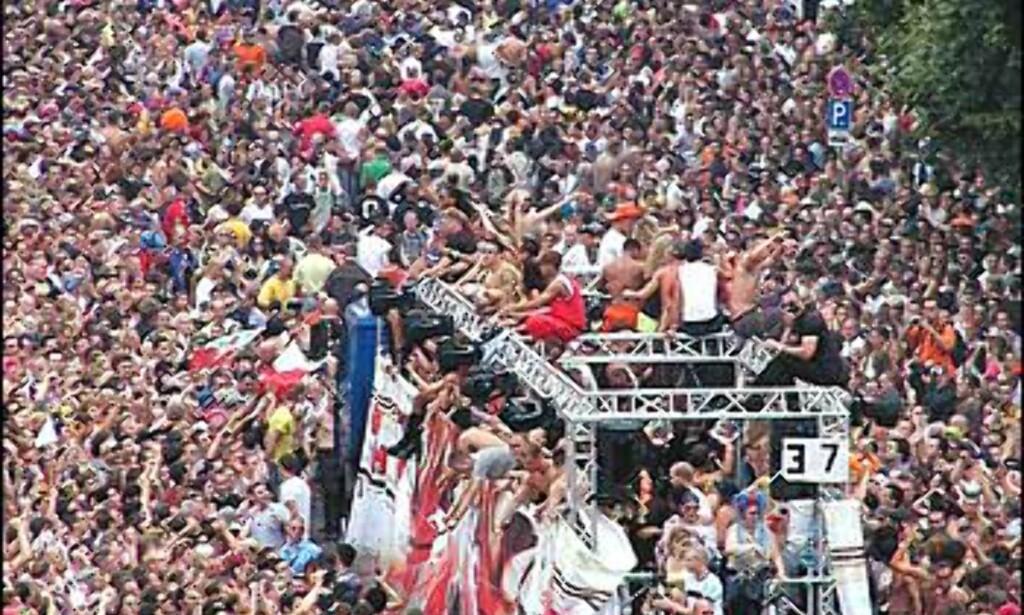 Flåte i menneskehavet. Foto: Loveparade.net