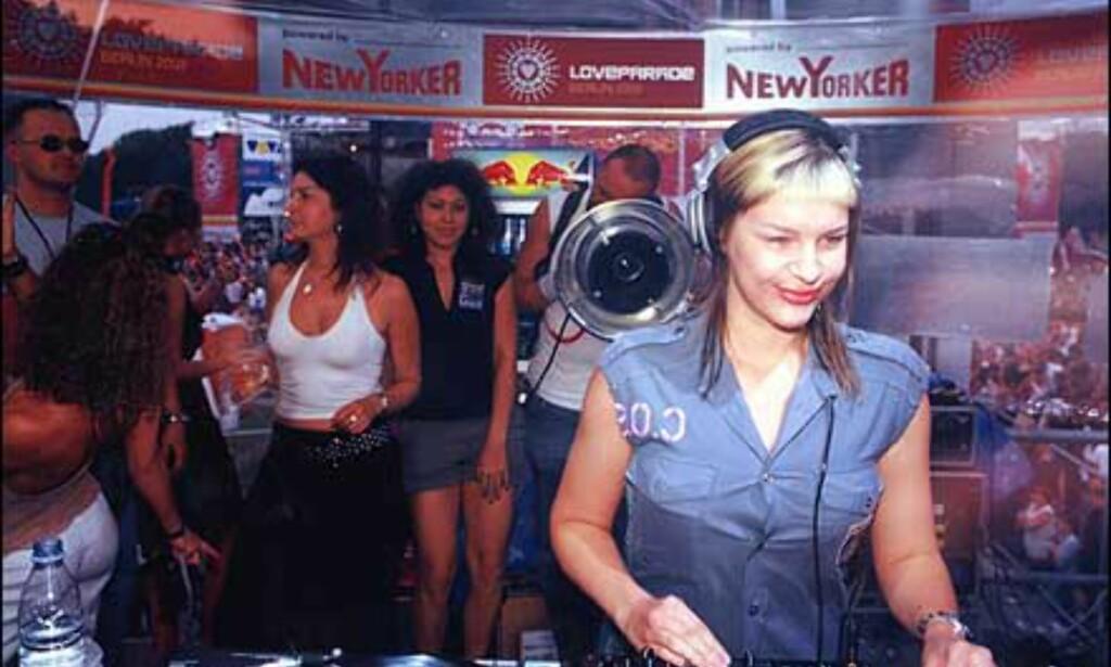 Miss Kittin ser ut til å være fornøyd med sitt publikum. Foto: Loveparade.net