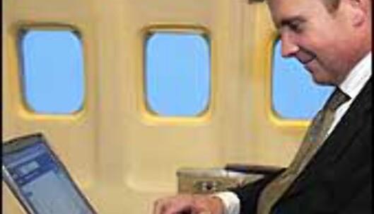 Jens Willumsen demonstrerer trådløs tilgang om bord. <I>Foto: SAS</I> Foto: SAS