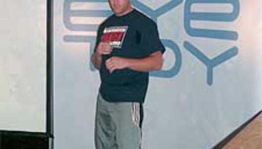Selv tøffe karate-mestere liker EyeToy (bilde fra en pressekonferanse for spillet)