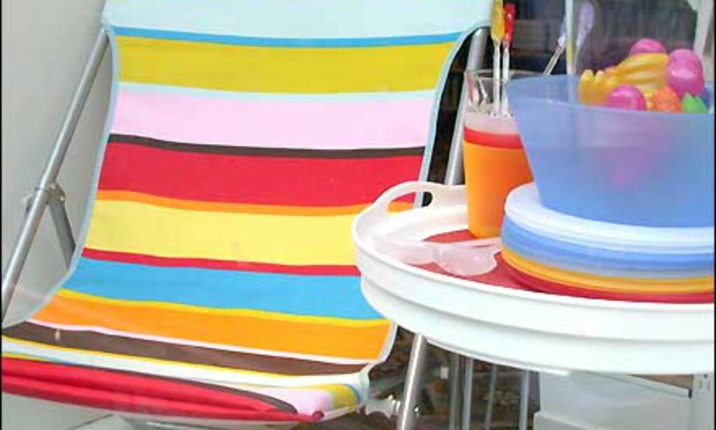 Campingutstyr fra Åhlens. Stol til 150 kroner, brettbord til 125, plastmugge til 75, plastglass til 5, salatbolle i plast til 15 og salatbestikk i plast til 10 kroner.