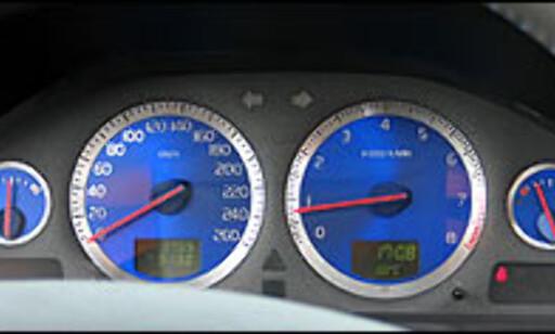 Blå bakgrunn i instrumentene er nytt for R-bilene.