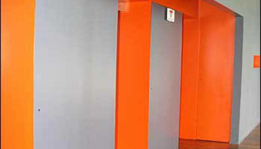 Spenstige farger viser tydelig hvor heisen ligger.