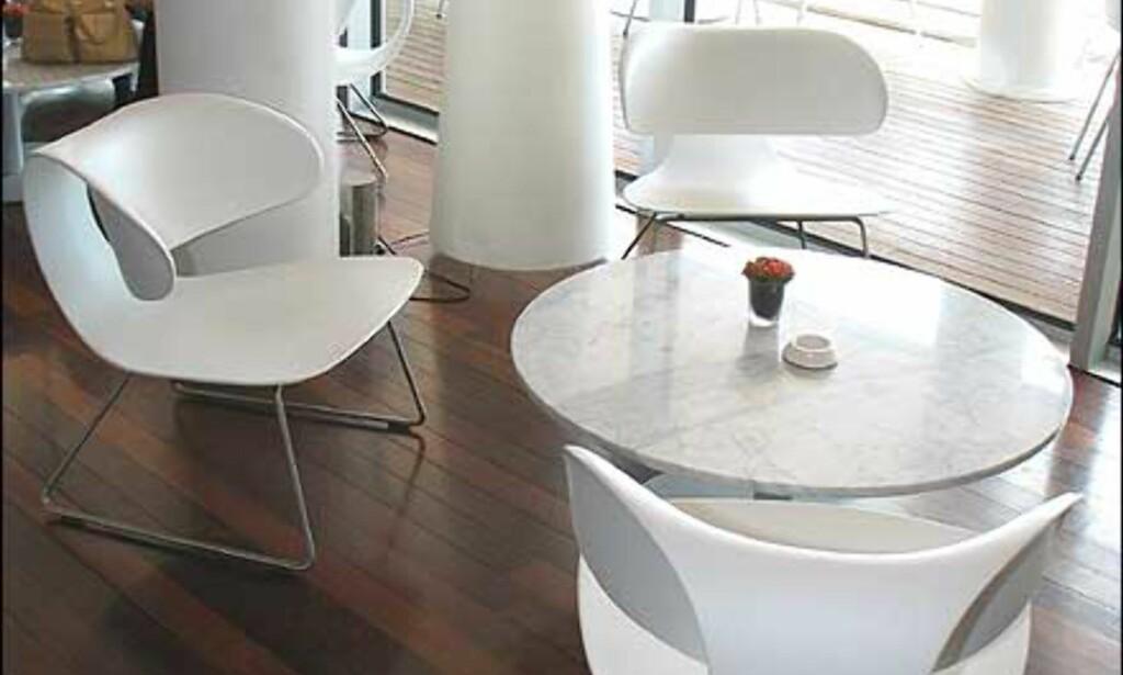 Sort og hvitt er gjengangere i interiøret, frisket opp med en og annen knallfarge.