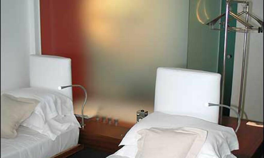 Badet er adskilt fra rommet med matt glass.