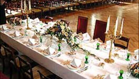 Dekket bord med service inspirert av Slottets dekorasjoner.