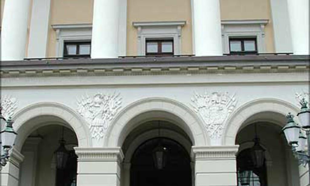 VEIEN INN: På baksiden av Slottet finner du veien inn om du skal på omvisning. Midt under balkongen på Slottets front (bildet) ser du inn i den åpne hallen som går tvers gjennom bygningen.