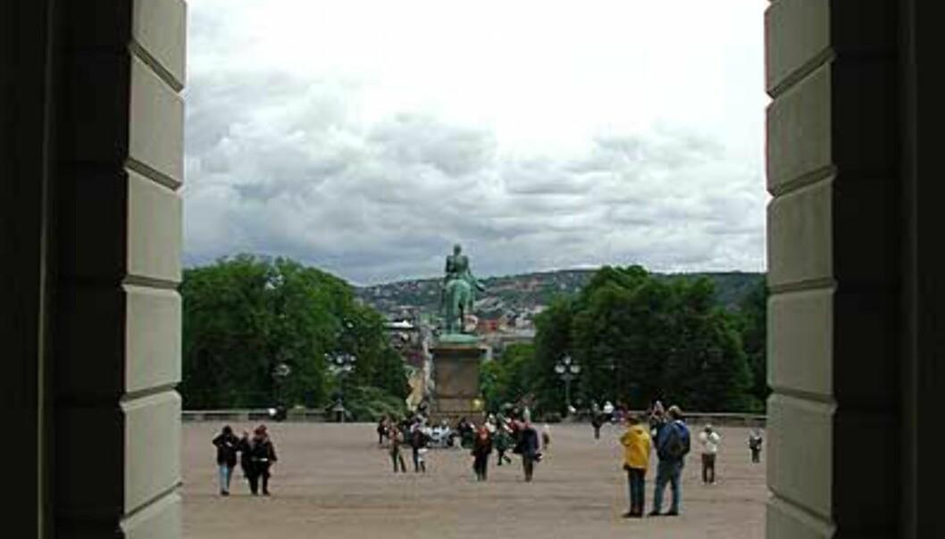 <strong>MOT SLOTTSBAKKEN:</strong> Under arkitekt Linstows hvelvinger kan vi se ut på turistene som fyller slottsbakken. Statsrådsgarderoben ligger inn til høyre.