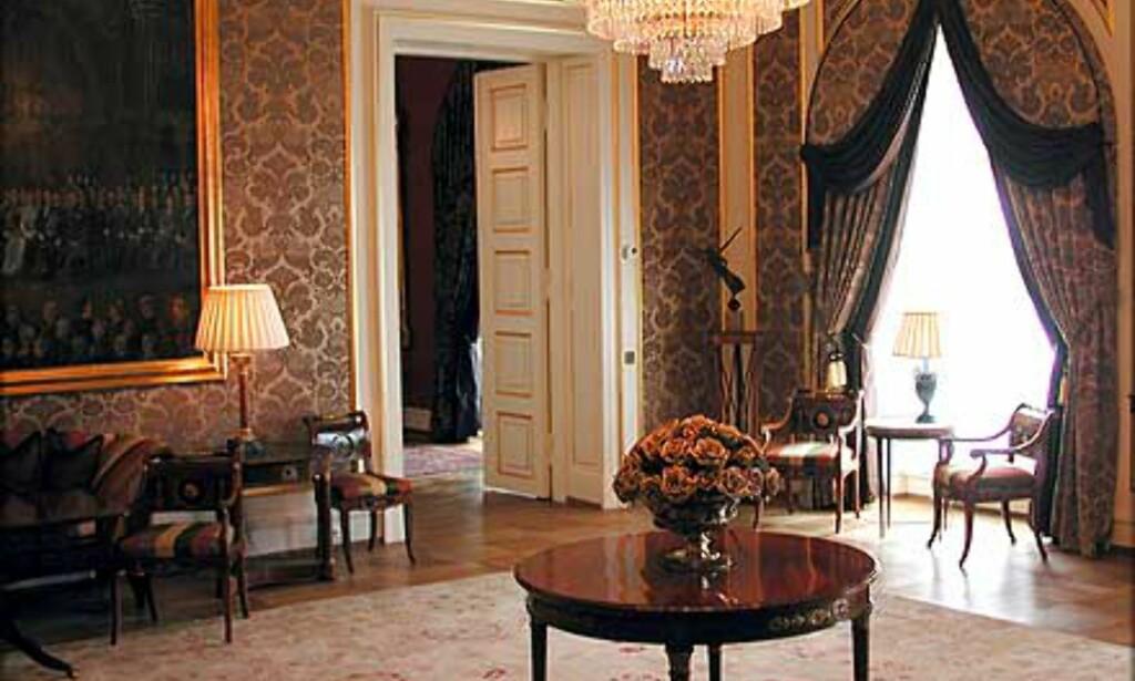 MINISTERSALONGEN: Brokadetapeter og offisielle bilder fra Slottets historie pryder veggene i Ministersalongen. Her kan statsrådene vente på sent ankomne før de går i Statsråd.