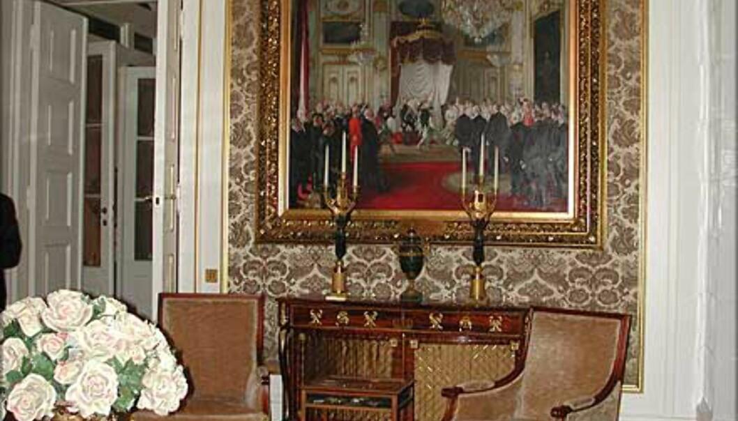 <strong>MINISTERSALONGEN:</strong> Ikke bare statsrådenes hvilested. Her tar også Kongen og Dronningen imot gjester og presse.