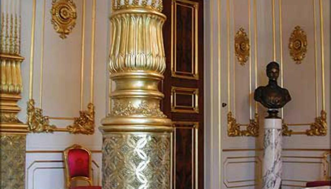 <strong>DEN HVITE SALONG:</strong> Bak tronstolen i Statsrådssalen går døren inn til Kongens venterom i det som opprinnelig var et av slottets dyreste rom. Her er det luksuriøse mahognidører, eksklusiv dekor i pappmache (!) og svært detaljerte takmalerier. Opprinnelig var rommet en del av Dronningens leilighet.