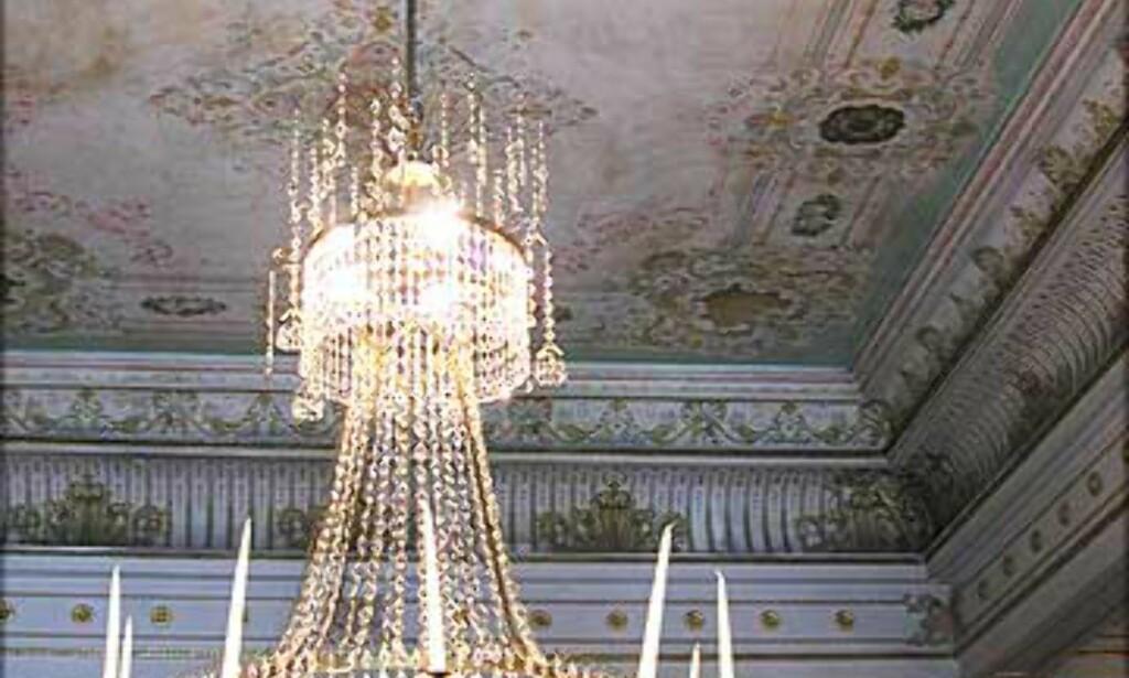 DEN HVITE SALONG: Takene i Den hvite salong er malt av Georg Markus Nordraak, sønn av Rikard Nordraak som komponerte Ja, vi elsker.
