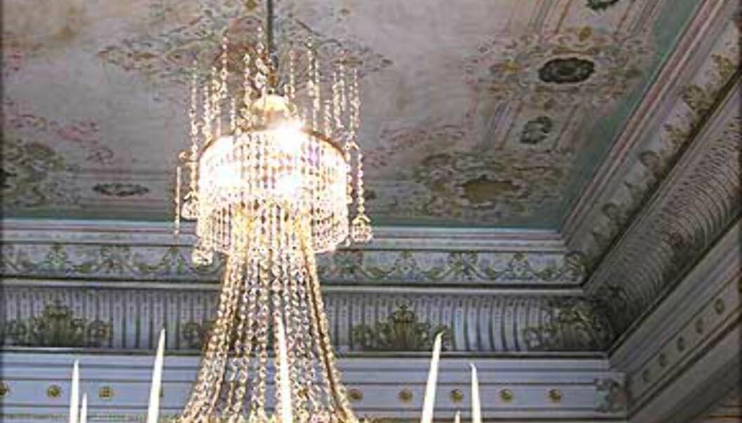 <strong>DEN HVITE SALONG:</strong> Takene i Den hvite salong er malt av Georg Markus Nordraak, sønn av Rikard Nordraak som komponerte <I>Ja, vi elsker</I>.