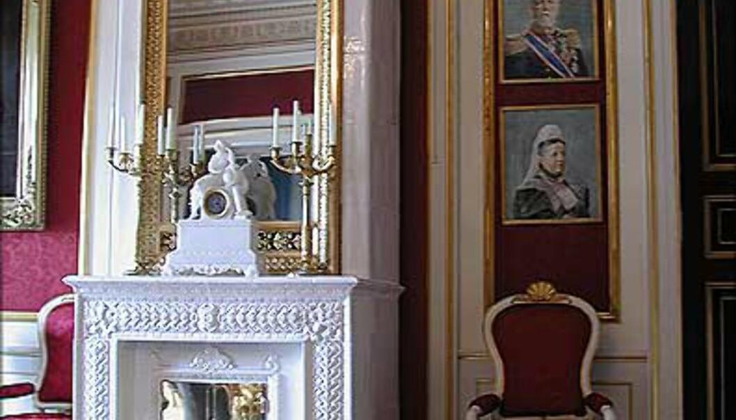 <strong>BERNADOTTESALONGEN:</strong> Rommet er stue og spiserom i Slottets flotteste gjestesuite, og på veggene henger malerier av forskjellige medlemmer av det gamle svenske kongehuset. Her bodde blant andre Dronning Elizabeth under sitt siste besøk i Oslo.