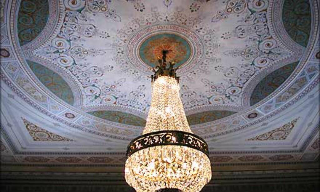 BERNADOTTESALONGEN: Midt over gjestenes frokostbord henger en gedigen lysekrone fra det dekorerte taket.