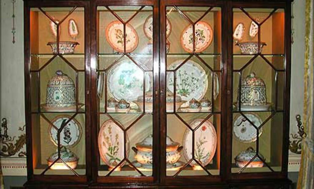 KOSTBART INNHOLD: Skapet i Den lille spisesal er fylt av gammelt og kostbart porselen.
