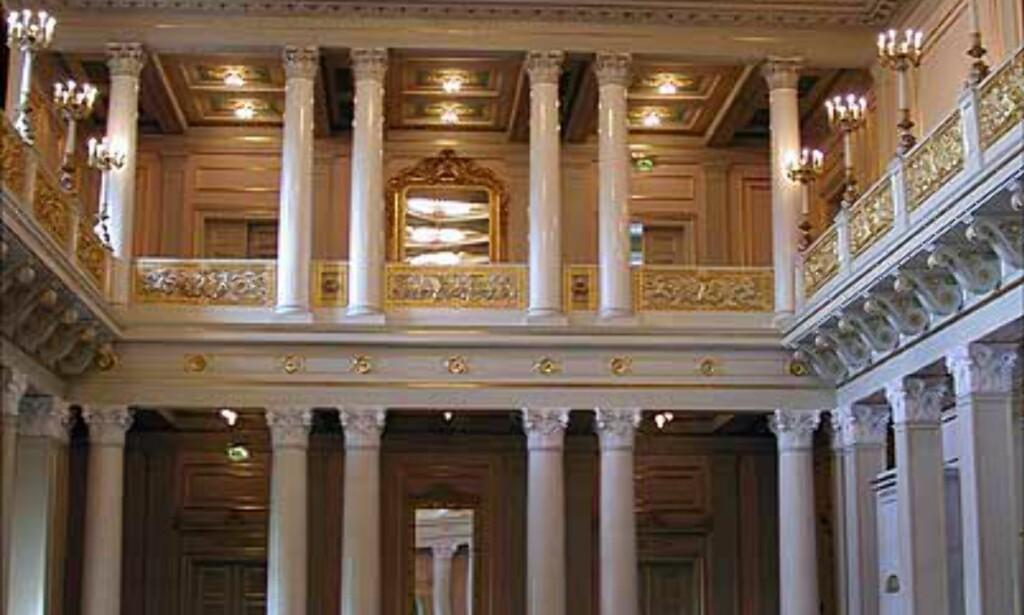DEN STORE FESTSAL: Den store salen er ekstra høy under taket, og har på det meste rommet 200 feststemte mennesker. Salen ble i sin tid også innredet slik at Dronning Maud kunne se på film her.