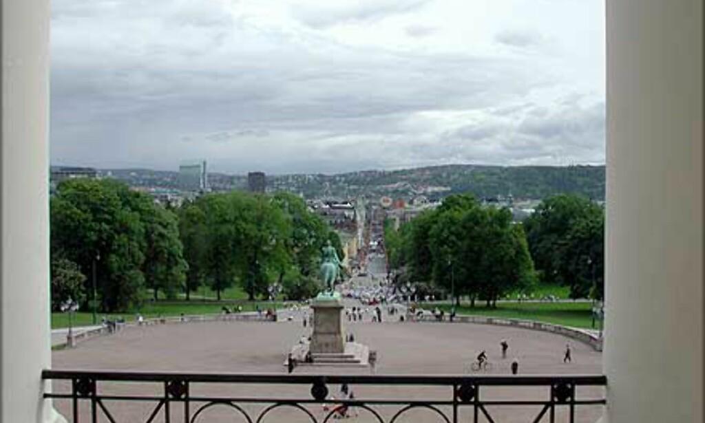 BALKONGEN: Her ser du utsikten fra balkongen og nedover Karl Johan, nesten som kongefamilien ser den hver 17. mai.