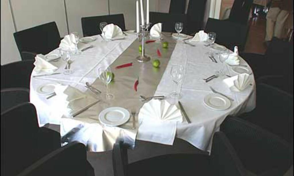 Sprek dekking av bord i restauranten.