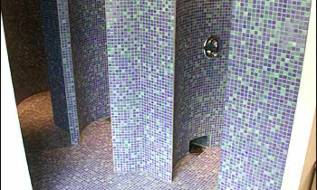 Mosaikkfliser i dusjene. Spa-avdelingen er en unisex-avdeling, så behold badebuksene på.