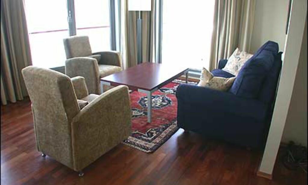 Dype møbler på hotellrommene.