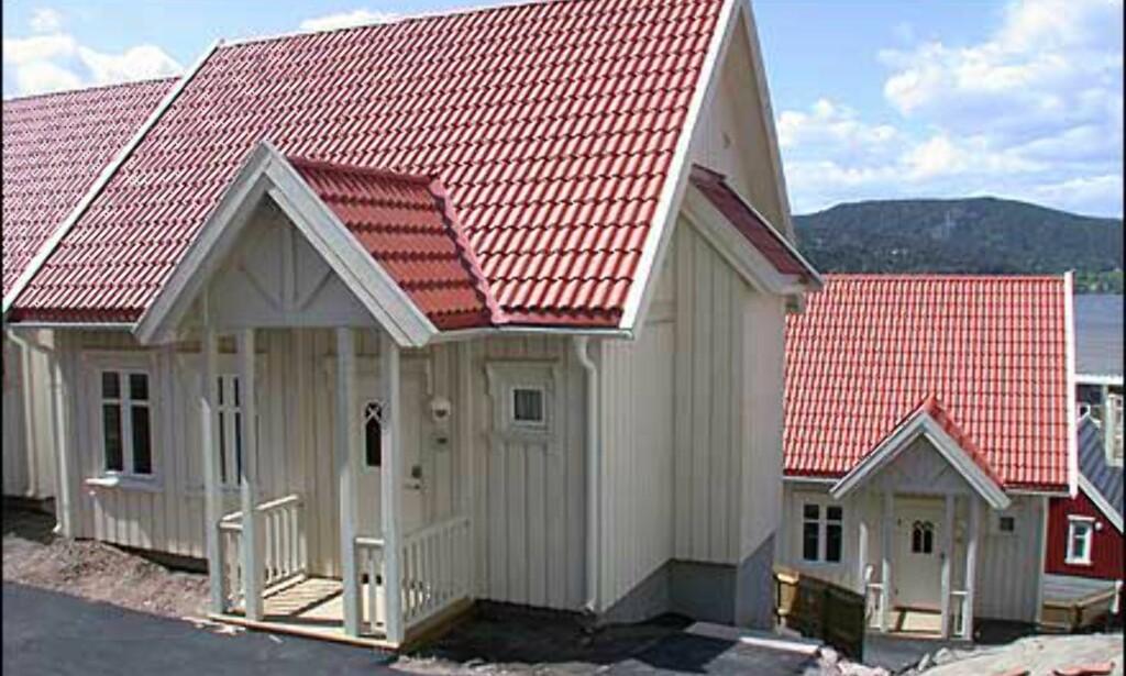 Husene står tett i landsbyen rundt hotellet.