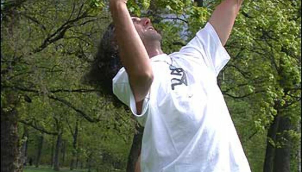 Tom demonstrerer en rulle fra en arm, over brystet og ut i neste arm.