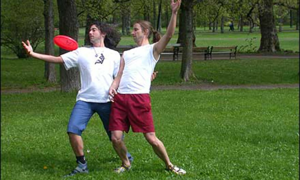 Tom Leitner (venstre) og Sune Wentzel (høyre) demonstrerer frisbee for to.