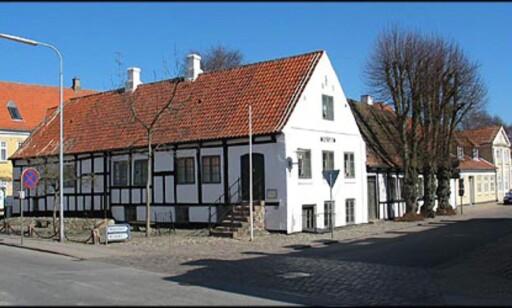 """Museet i Sæby er i seg selv et museum! Her ved innkjørslen til den hyggelige """"Strandgade""""."""