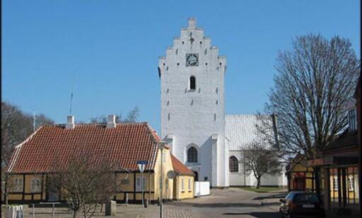 """Typisk hvitkalket kirke i enden av """"Strandgaden""""."""