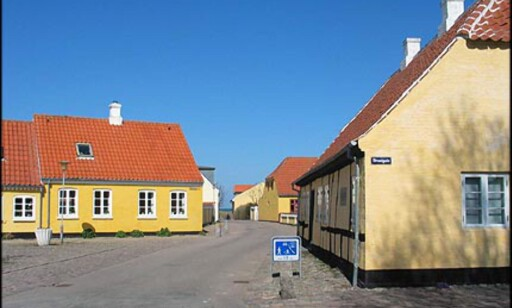 Du kommer til havnen og stranden i Sæby hvis du dreier til venstre av Strandgade. Her en titt ned mot havnen.