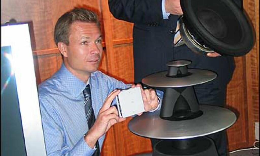 Hans Olav Hole og Trond Wilsberg fra B&O Norge viser stolt fram 15 tommers bassen og den 1000 watts effektforsterkeren, som altså sitter inni BeoLab 5.<br /> <br />