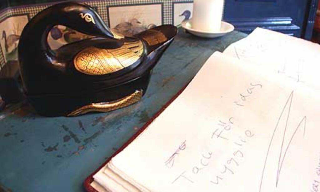 Gjester kan si sin mening i gjesteboken som ligger ved garderoben.