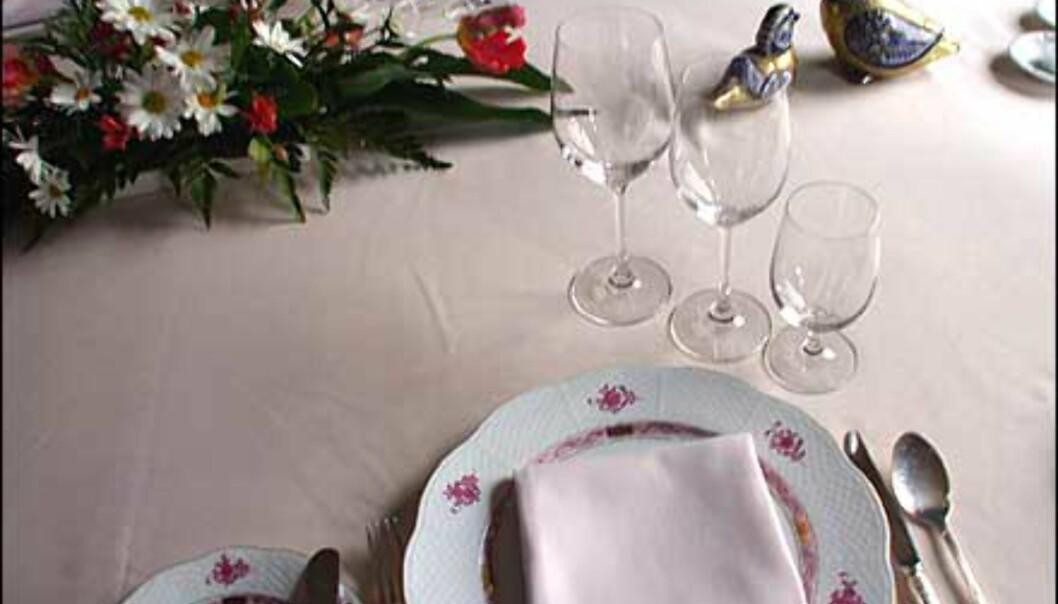 Romantikken blomstrer også på porselenet.