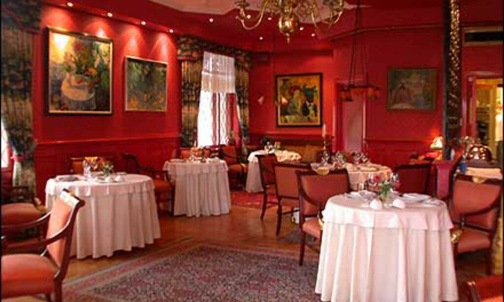 Det røde rommet er restaurantens største. Her er også utgang til balkongen.