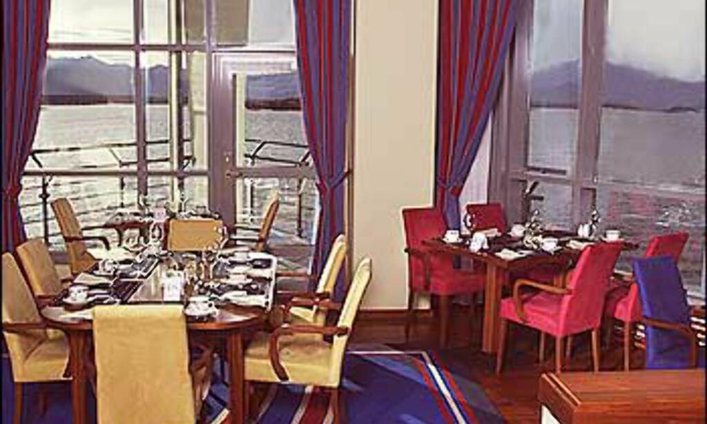 Restaurant med bølgeskvulp utenfor vinduene. Foto: Rica hotel Seilet