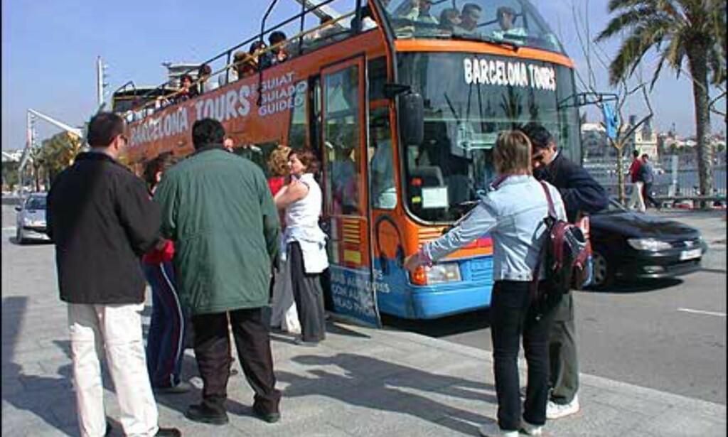 Bussturister nyter våren i åpne sightseeingbusser lik de som finnes i mange storbyer. De opererer etter hopp av - hopp på prinsippet, og det er flere selskaper å velge mellom.